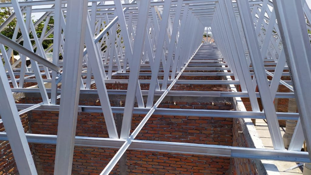 De dakconstructie is opgetrokken uit licht metalen profielen