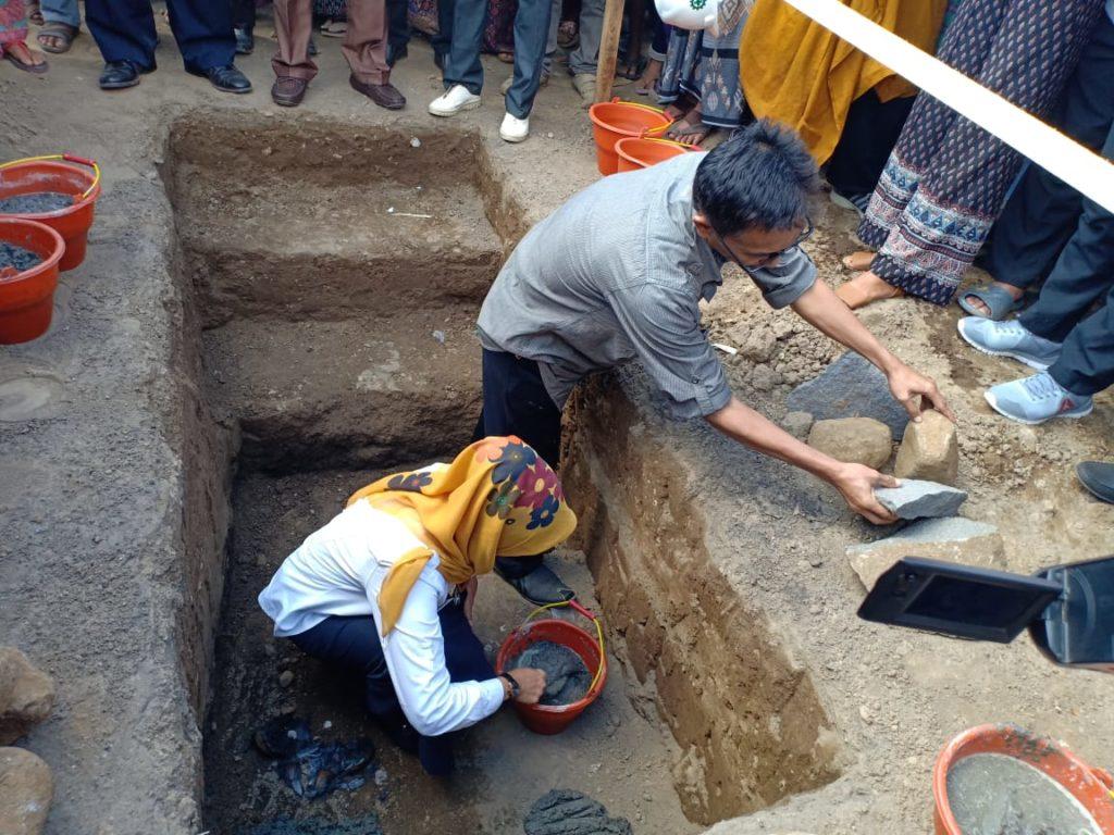 1e steenlegging door Nunung namens de Stichting VLOK